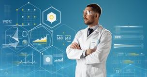 Γιατρός ή επιστήμονας στα γυαλιά παλτών και ασφάλειας εργαστηρίων Στοκ Εικόνες