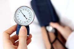 γιατρός αίματος που μετρά την πίεση στοκ εικόνα