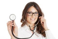 γιατρός ανασκόπησης που απομονώνεται ιατρικός πέρα από τη χαμογελώντας λευκή γυναίκα στηθοσκοπίων Στοκ Φωτογραφία