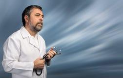 γιατρός ανασκόπησης που απομονώνεται ιατρικός πέρα από το λευκό στηθοσκοπίων Στοκ Εικόνες
