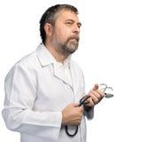 γιατρός ανασκόπησης που απομονώνεται ιατρικός πέρα από το λευκό στηθοσκοπίων Στοκ Φωτογραφίες