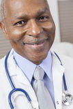 Γιατρός ατόμων αφροαμερικάνων με το στηθοσκόπιο Στοκ φωτογραφίες με δικαίωμα ελεύθερης χρήσης