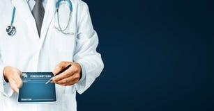 Γιατρός ατόμων που δείχνει το κείμενο συνταγών σας στην ψηφιακή οθόνη ταμπλετών με το αντίγραφο-διάστημα Στοκ φωτογραφίες με δικαίωμα ελεύθερης χρήσης
