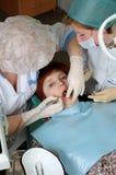 Γιατρός για να τρυπήσει ένα δόντι με τρυπάνι στοκ φωτογραφίες με δικαίωμα ελεύθερης χρήσης