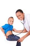 Γιατρός γυναικών αφροαμερικάνων με το παιδί στοκ φωτογραφίες με δικαίωμα ελεύθερης χρήσης