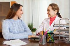 Γιατρός γυναικών και ασθενής εφήβων στοκ φωτογραφίες