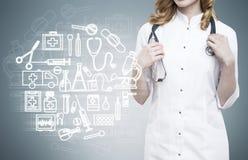 Γιατρός γυναικών και μπλε υπόβαθρο με τα σκίτσα ιατρικής Στοκ φωτογραφία με δικαίωμα ελεύθερης χρήσης
