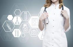 Γιατρός γυναικών και μπλε υπόβαθρο με την εξαγωνική ιατρική sketche Στοκ Φωτογραφίες