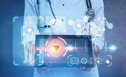 Γιατρός γυναικών με μια ταμπλέτα, ιατρικά εικονίδια, HUD Στοκ φωτογραφία με δικαίωμα ελεύθερης χρήσης