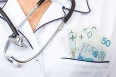 Γιατρός γυναικών με τα χρήματα νομίσματος στηθοσκοπίων και στιλβωτικής ουσίας στην τσέπη, τη δωροδοκία, τη δωροδοκία ή την πληρωμ Στοκ Εικόνες
