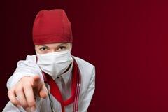 Γιατρός γυναικών με το κόκκινο υπόβαθρο στοκ εικόνες