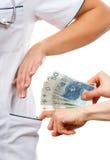 Γιατρός γυναικών που αρνείται τις δωροδοκίες ή τις ανταποδόσεις, έννοια της δωροδοκίας Στοκ φωτογραφία με δικαίωμα ελεύθερης χρήσης