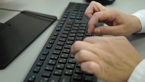 Γιατρός γυναικών που δακτυλογραφεί την ιατρική παραλαβή στον ασθενή Θηλυκός παθολόγος που εργάζεται στον υπολογιστή στην κλινική απόθεμα βίντεο