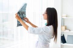 Γιατρός γυναικών που εξετάζει την ακτίνα X ή την εικόνα MRI Στοκ φωτογραφίες με δικαίωμα ελεύθερης χρήσης