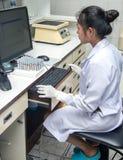 Γιατρός γυναικών που εργάζεται στον υπολογιστή στοκ φωτογραφία με δικαίωμα ελεύθερης χρήσης