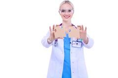 Γιατρός γυναικών που κρατά δύο συνδέοντας κομμάτια γρίφων Στοκ φωτογραφία με δικαίωμα ελεύθερης χρήσης