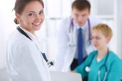 Γιατρός γυναικών που στέκεται με το στηθοσκόπιο στο νοσοκομείο απομονωμένη γιατρός λευκή γυναίκα ανασκόπησης Στοκ Φωτογραφία