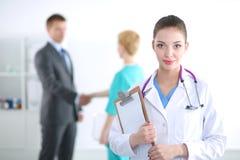 Γιατρός γυναικών που στέκεται με το φάκελλο στο νοσοκομείο απομονωμένη γιατρός λευκή γυναίκα ανασκόπησης Στοκ Φωτογραφίες