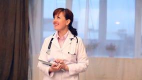 Γιατρός γυναικών στο νοσοκομείο με την ταμπλέτα απόθεμα βίντεο