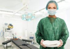 Γιατρός γυναικών στο δωμάτιο χειρουργικών επεμβάσεων Στοκ εικόνες με δικαίωμα ελεύθερης χρήσης