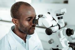 Γιατρός ειδικευμένος στη δομή δοντιών που παρατηρεί τη στοματική κοιλότητα στοκ εικόνα με δικαίωμα ελεύθερης χρήσης