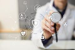 Γιατρός ιατρικής με το σύγχρονο υπολογιστή, την εικονική διεπαφή οθόνης και την ιατρική σύνδεση δικτύων εικονιδίων Στοκ φωτογραφίες με δικαίωμα ελεύθερης χρήσης