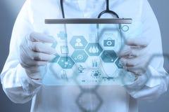 Γιατρός ιατρικής που εργάζεται με τη σύγχρονη διεπαφή υπολογιστών Στοκ Φωτογραφίες