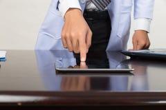 Γιατρός ιατρικής που εργάζεται με τη σύγχρονους ταμπλέτα και το φορητό προσωπικό υπολογιστή - Στοκ φωτογραφία με δικαίωμα ελεύθερης χρήσης