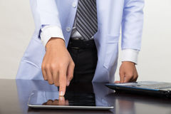 Γιατρός ιατρικής που εργάζεται με τη σύγχρονους ταμπλέτα και το φορητό προσωπικό υπολογιστή - Στοκ εικόνες με δικαίωμα ελεύθερης χρήσης