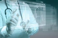Γιατρός ιατρικής που εργάζεται με το σύγχρονο υπολογιστή στοκ εικόνα