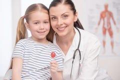 Γιατρός και λίγος ασθενής. Στοκ φωτογραφίες με δικαίωμα ελεύθερης χρήσης