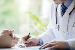 Γιατρός και ασθενής που παίρνουν τις σημειώσεις στη χειρουργική επέμβαση Στοκ φωτογραφία με δικαίωμα ελεύθερης χρήσης