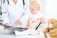 Γιατρός και ασθενής στο νοσοκομείο Το μικρό κορίτσι εξετάζεται από τον παιδίατρο με το στηθοσκόπιο ιατρική υγείας προσοχής στοκ φωτογραφίες