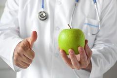 Γιατρός και η πράσινη Apple Στοκ Εικόνες
