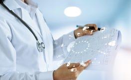 Γιατρός και ιατρική έκθεση με το ιατρικό δίκτυο εικονιδίων Στοκ Εικόνα