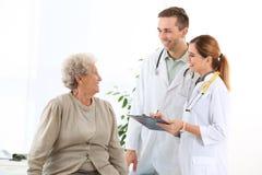 Γιατρός και ιατρικός βοηθός που συνεργάζονται με τον ηλικιωμένο ασθενή στοκ φωτογραφίες με δικαίωμα ελεύθερης χρήσης
