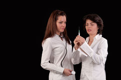 Γιατρός και νοσοκόμα θηλυκών που προετοιμάζονται να δώσει μια έγχυση Στοκ φωτογραφία με δικαίωμα ελεύθερης χρήσης