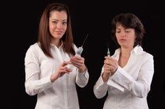 Γιατρός και νοσοκόμα θηλυκών που προετοιμάζονται να δώσει μια έγχυση Στοκ εικόνα με δικαίωμα ελεύθερης χρήσης
