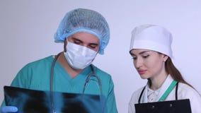 Γιατρός και νοσοκόμα που μελετούν την ακτίνα X των πνευμόνων απόθεμα βίντεο