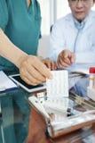 Γιατρός και νοσοκόμα που συζητούν τη συνταγή στοκ φωτογραφία