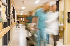 Γιατρός και νοσοκόμα που τραβούν το φορείο στο νοσοκομείο Στοκ φωτογραφία με δικαίωμα ελεύθερης χρήσης