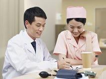 Γιατρός και νοσοκόμα Στοκ Εικόνες