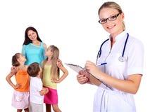 Γιατρός και οικογένεια με τα παιδιά Στοκ φωτογραφίες με δικαίωμα ελεύθερης χρήσης