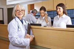 Γιατρός και ρεσεψιονίστ στο νοσοκομείο Στοκ εικόνα με δικαίωμα ελεύθερης χρήσης