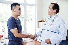 Γιατρός και υπομονετικά χέρια τινάγματος στοκ φωτογραφία