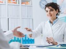 Γιατρός και υπομονετική συνεδρίαση στο γραφείο στοκ εικόνα με δικαίωμα ελεύθερης χρήσης