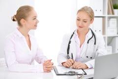 Γιατρός και υπομονετική συνεδρίαση στο γραφείο στοκ εικόνες με δικαίωμα ελεύθερης χρήσης