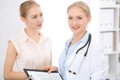 Γιατρός και υπομονετική συνεδρίαση στο γραφείο Στοκ Φωτογραφία