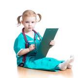 Γιατρός κοριτσιών παιδιών που γράφει στην περιοχή αποκομμάτων Στοκ εικόνα με δικαίωμα ελεύθερης χρήσης