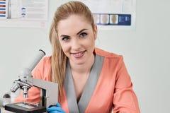 Γιατρός κτηνιάτρων με το μικροσκόπιο στοκ εικόνα
